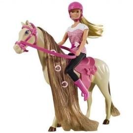 Steffi z koniem w stroju dżokejki